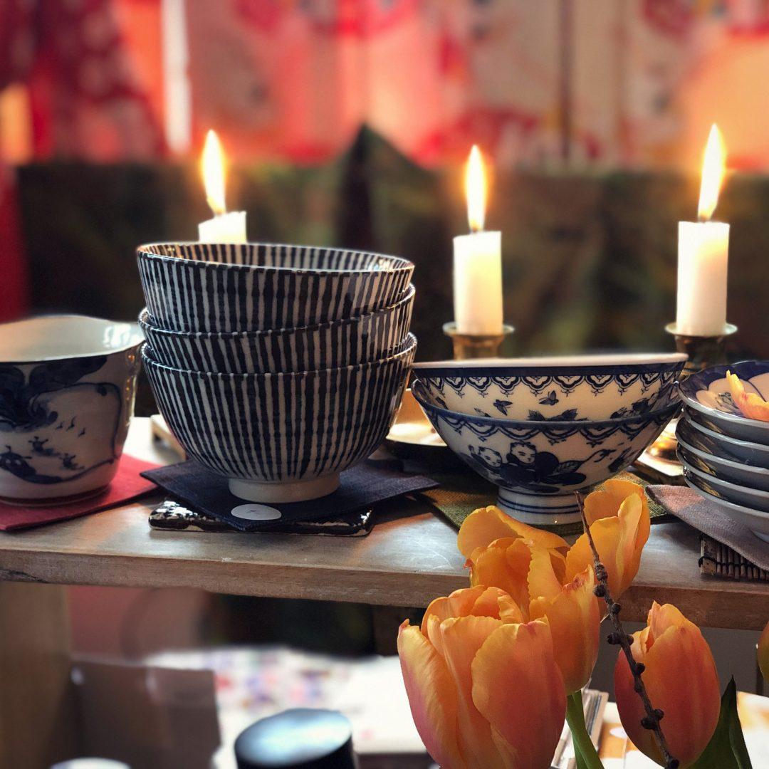Japanilaiset posliiniruoka-astiat keittiössä